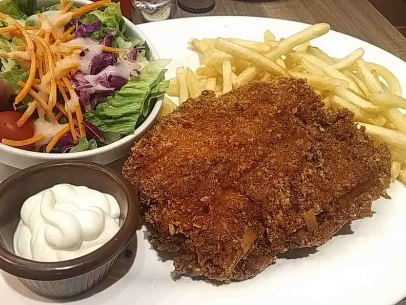 Breaded chicken culet with fries and garden salad