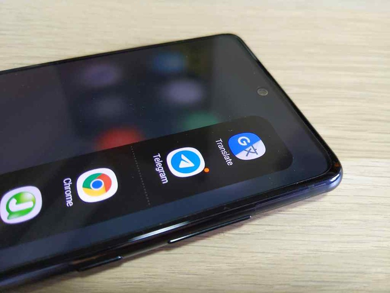 The S20 FE easily manages 2 days of battery life with its huge 4500 mah battery, despite an always-on screen and tons of sideloaded apps like the Side swipe app-bar