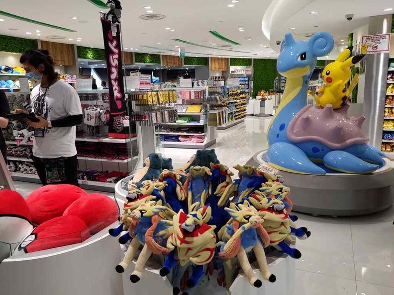 Store welcome Lapras statue