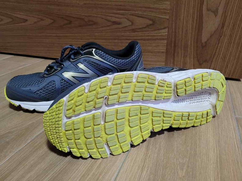 The NB565 has hard wearing luminous yellow rubber soles are glued on the base of the foam assembly