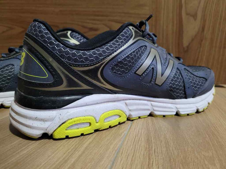 The thick soles of the New Balance NB565 has vertical compliance, the shoe lacks horizontal compliance, and tends to go all over the place