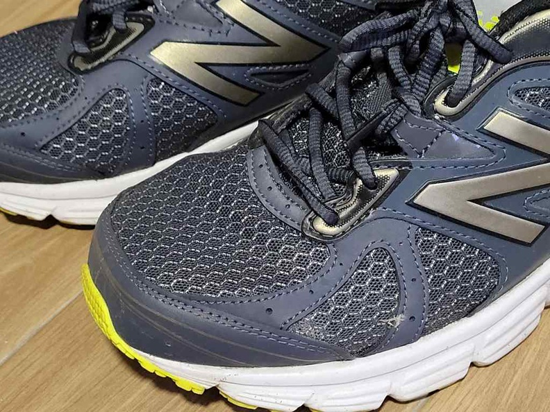 The NB565 front mesh is breathable and does give the show a premium look