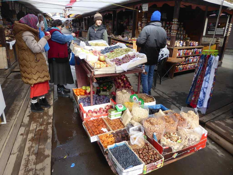 There is a mix of store-based and mobile food vendors in Izmailovsky