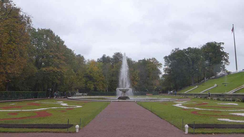 Other minor fountains near the palace, such as the Frantsuzskiy bowl Fountain