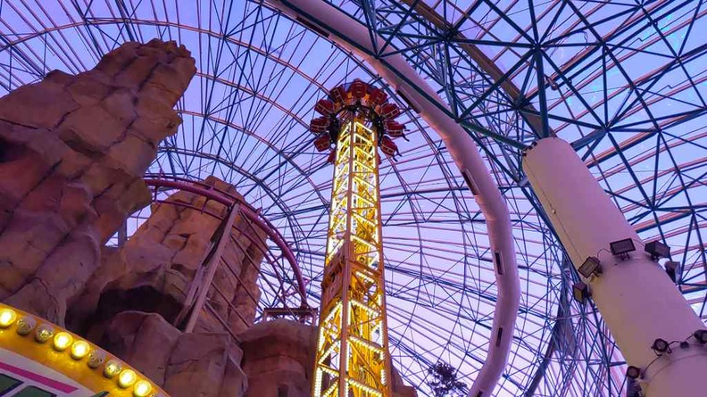 The slingshot tower at maximum height before the drop