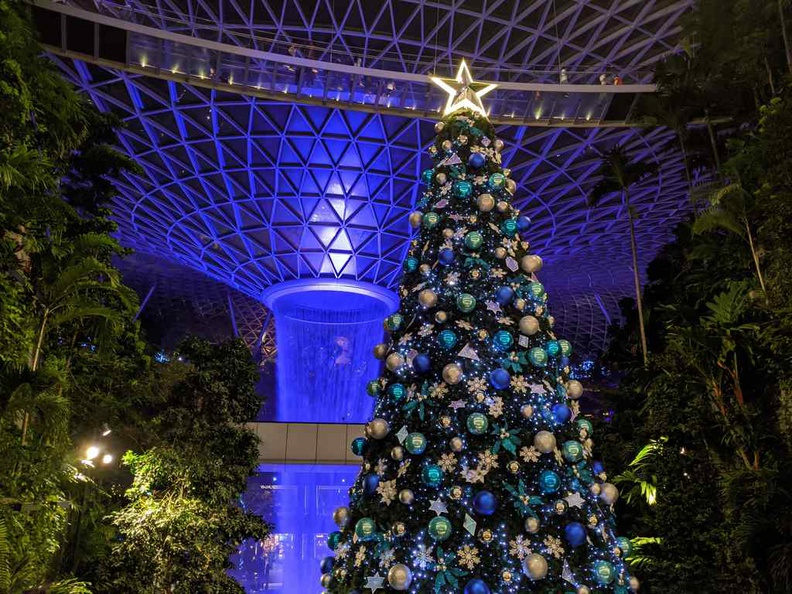 The Jewel's beautiful main 16m tall Xmas tree sitting center stage in the mall