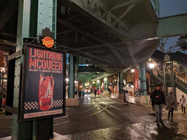 Disney Seas electric railway here viaducts has an American-Chicago vibe